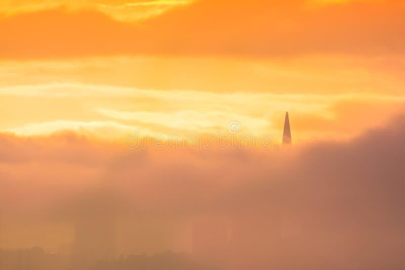 De horizon van San Francisco bij zonsopgang tussen wolken stock afbeeldingen