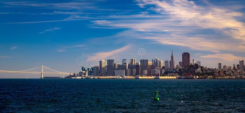 De horizon van San Francisco en de Baaibrug royalty-vrije stock afbeeldingen