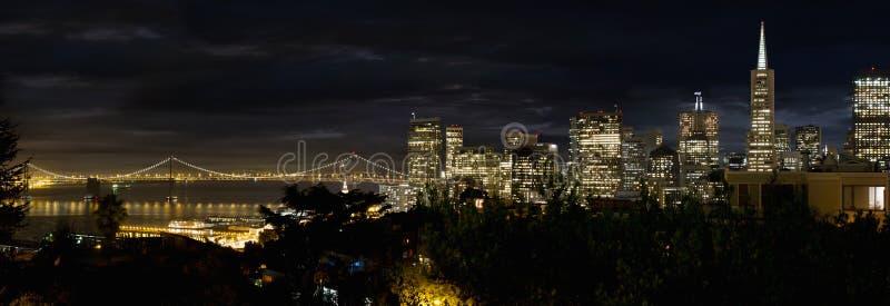 De Horizon van San Francisco en de Brug van de Baai van Oakland stock foto's