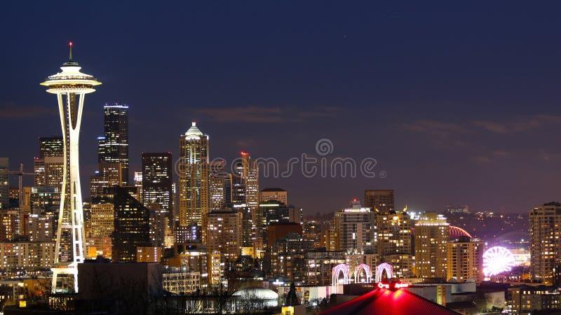 De horizon van Seattle in de nacht met Ruimtenaald in backround royalty-vrije stock foto