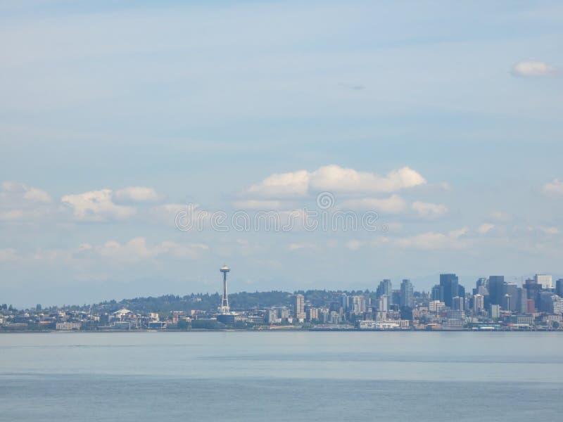 De horizon van Seattle in zomermaanden met wolkendekking royalty-vrije stock afbeelding