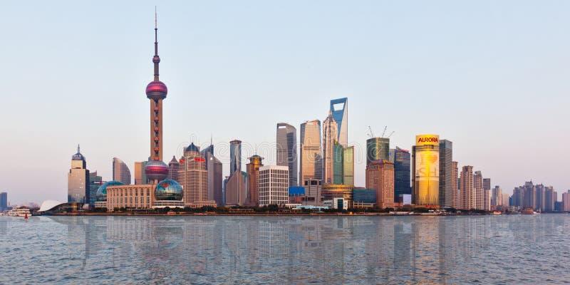 De horizon van Shanghai bij zonsondergang met bezinning royalty-vrije stock fotografie