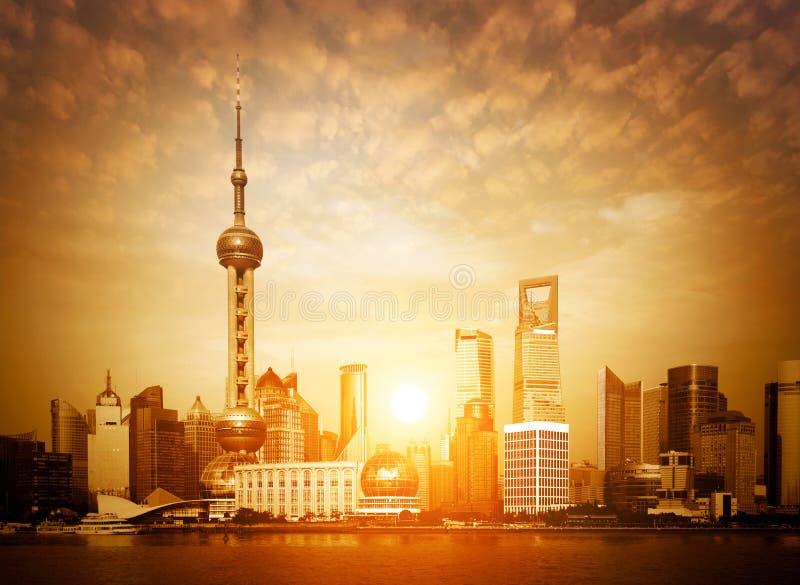 De horizon van Shanghai bij zonsopgang stock foto's