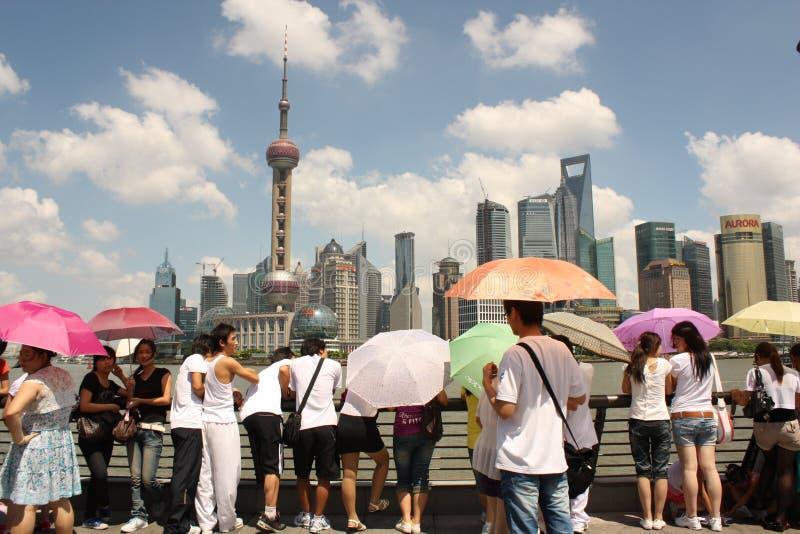 De horizon van Shanghai met toeristen stock fotografie