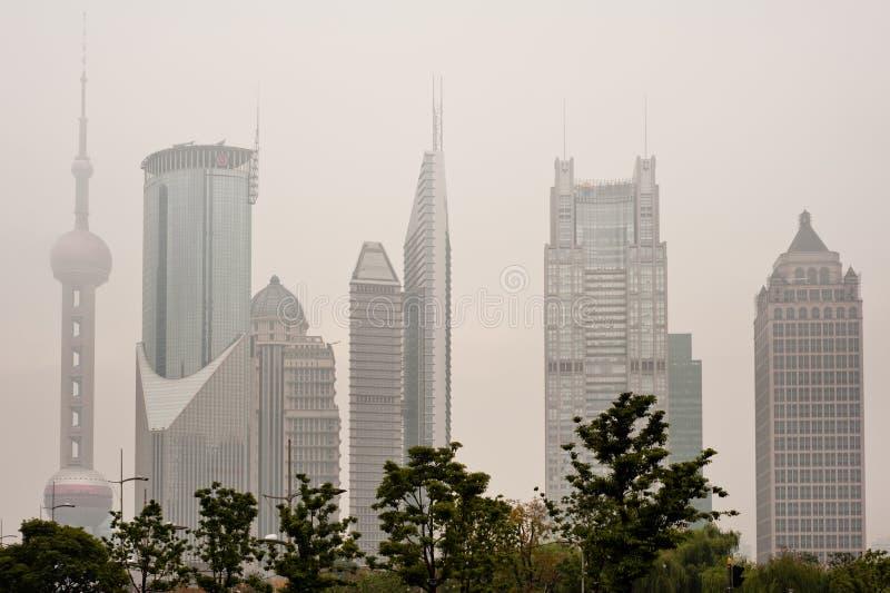 De horizon van Shanghai met zware mist