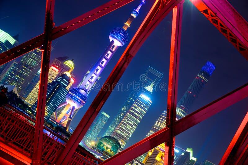 De horizon van Shanghai over Tuinbrug stock afbeelding