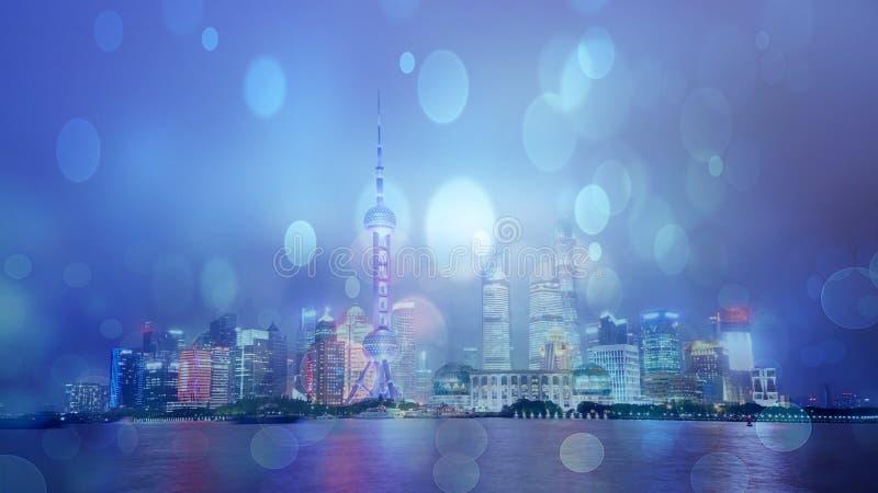 De horizon van Shanghai in regen, China