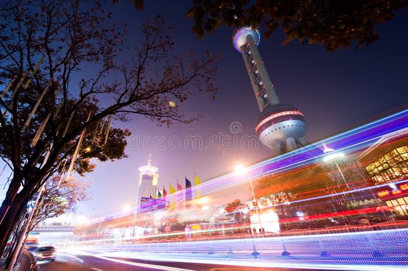 De horizon van Shanghi bij nacht stock afbeeldingen
