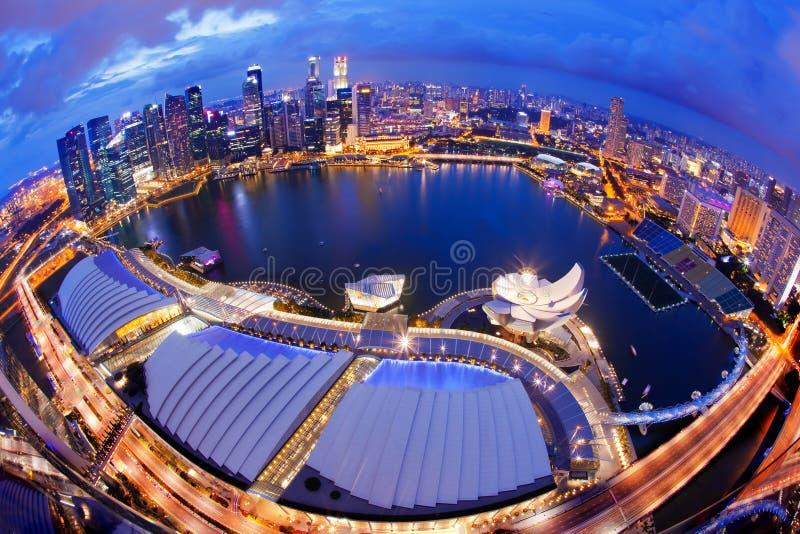 De Horizon van Singapore bij Nacht stock foto's