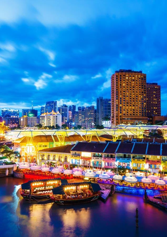 De horizon van Singapore bij nacht stock fotografie