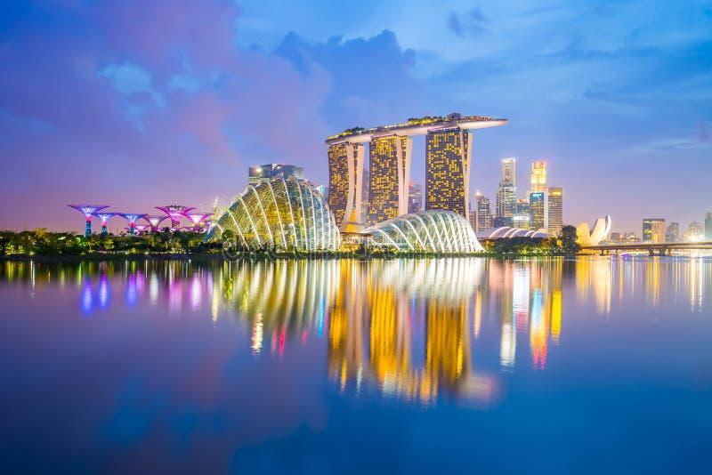 De Horizon van Singapore en mening van Marina Bay bij schemering stock fotografie