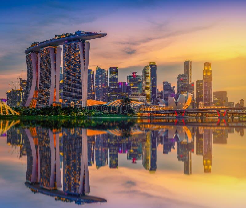 De Horizon van Singapore en mening van wolkenkrabbers op Marina Bay stock afbeeldingen