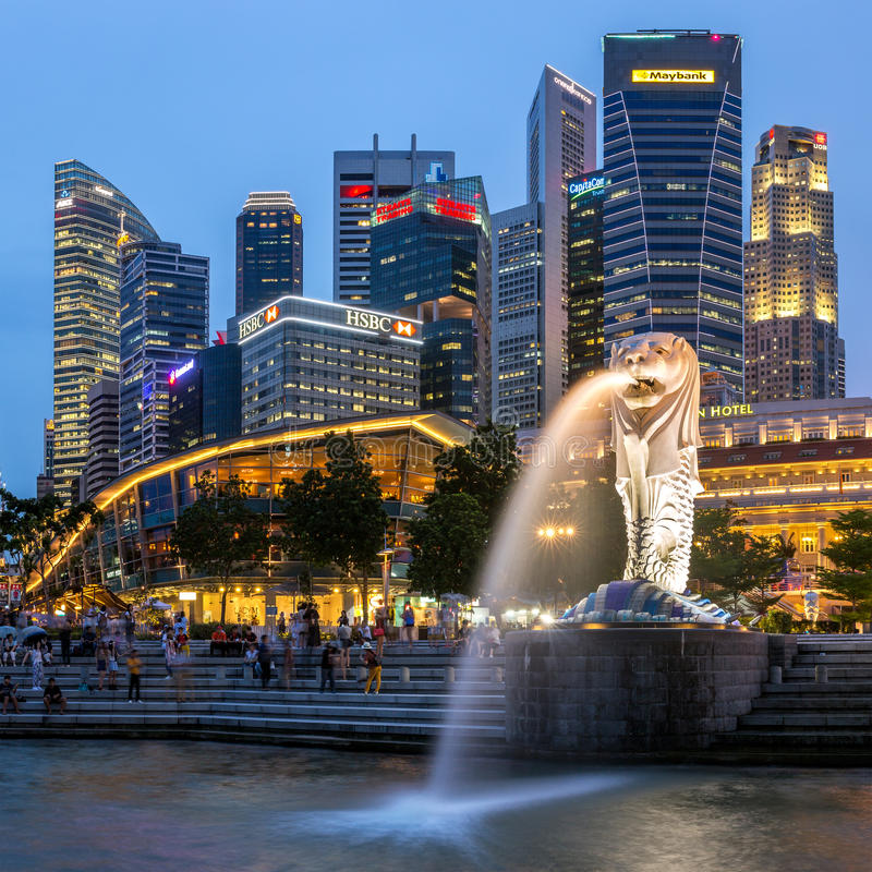 De horizon van Singapore, Jachthavenbaai en Merlion-fonteinmening bij schemer stock fotografie