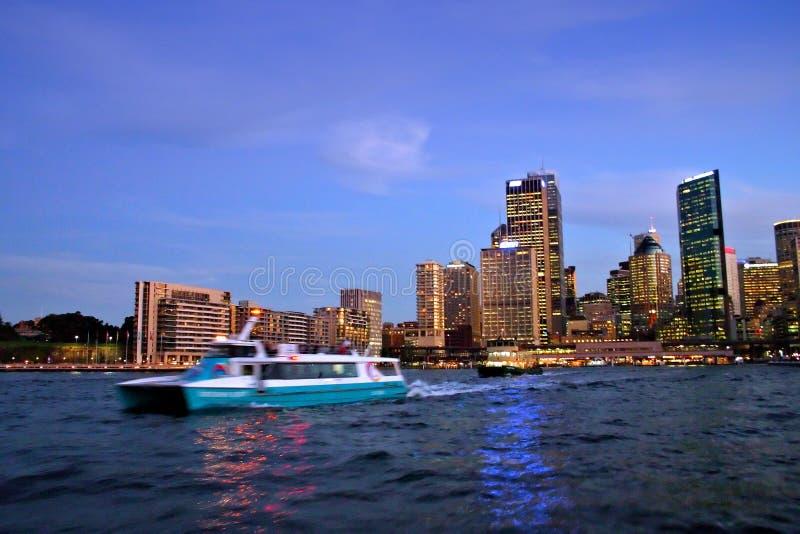 De horizon van Sydney bij nacht stock fotografie