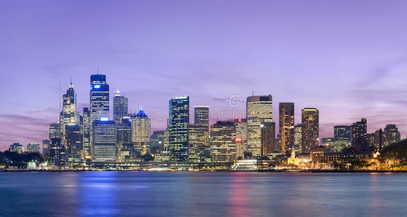 De horizon van Sydney na zonsondergang stock afbeelding