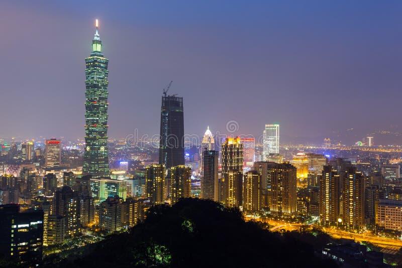 De horizon van Taipeh bij nacht stock afbeelding