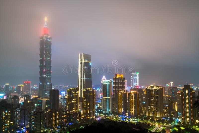 De horizon van Taipeh bij nacht Taiwan, de Republiek China royalty-vrije stock foto