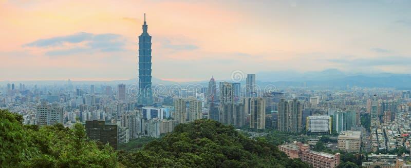 De horizon van Taipeh, Taiwan bij schemering stock afbeeldingen