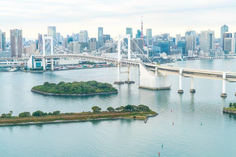 De horizon van Tokyo met de toren van Tokyo en regenboogbrug royalty-vrije stock afbeeldingen