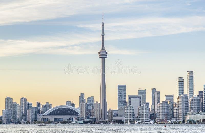 De Horizon van Toronto en de CN toren bij zonsondergang royalty-vrije stock foto