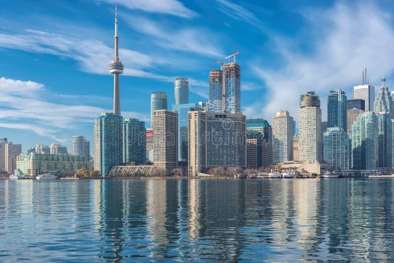 De horizon van Toronto met CN Toren met bezinning in het meer canada stock afbeeldingen