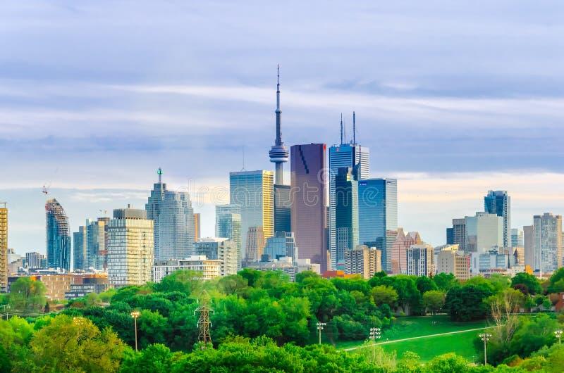 De Horizon van Toronto, Van de binnenstad met Cn Toren in de lente stock fotografie