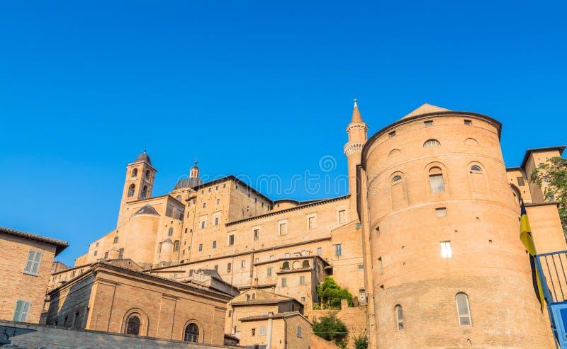 De horizon van Urbino met Hertogelijk Paleis, Italië stock fotografie