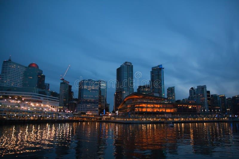 De horizon van Vancouver bij nacht stock afbeelding