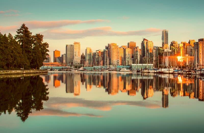 De horizon van Vancouver met Stanley Park bij zonsondergang, Brits Colombia, stock afbeeldingen