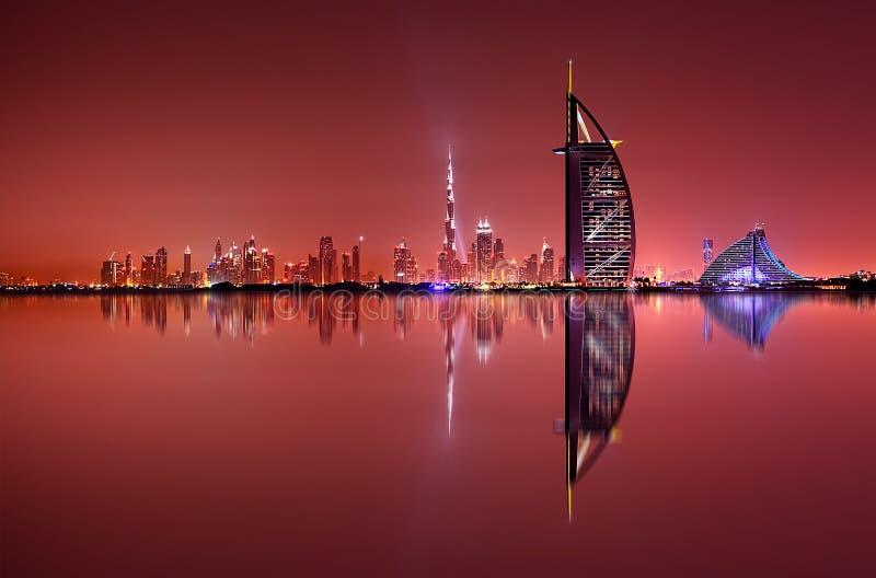 De horizonbezinning van Doubai bij nacht, Doubai, Verenigde Arabische Emiraten stock afbeelding