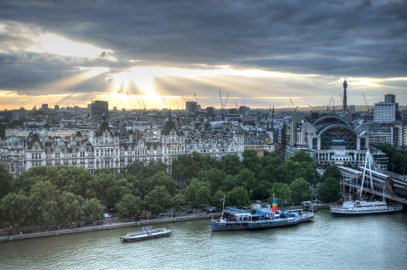 De Horizonlandschap van Londen met Big Ben, Paleis het Oog van van Westminster, Londen, de Brug van Westminster, Rivier Theems, L stock afbeeldingen