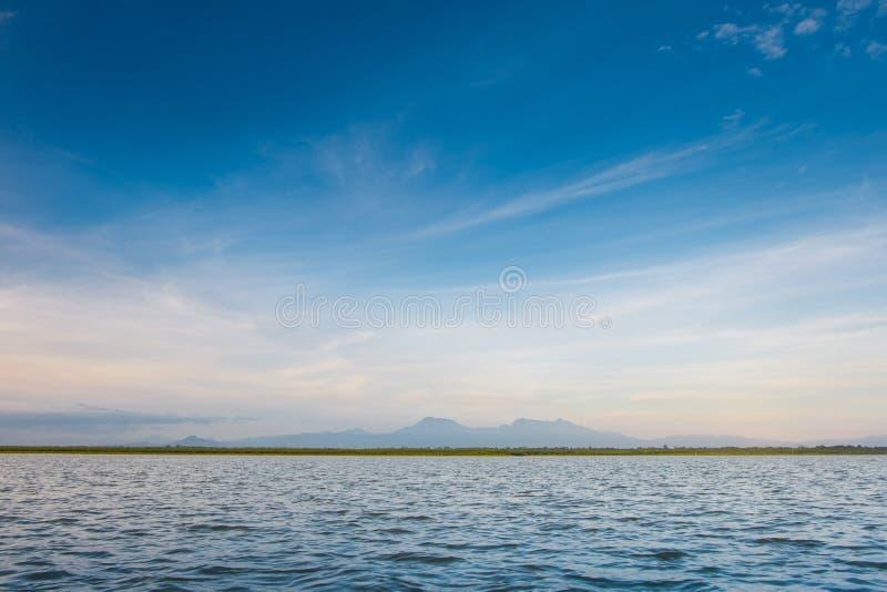 De horizonlijn waar het overzees de hemel en de nacht ontmoet ontmoet de dag stock afbeelding