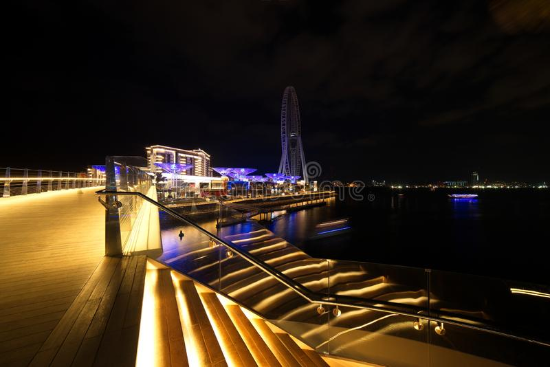 De Horizonmening van Doubai bij Bluewaters-Eiland aan de Jachthaven van Doubai en Jumeira-Strandwoonplaats bij nacht, Doubai, Ver stock fotografie