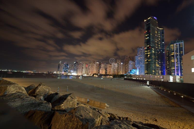 De Horizonmening van Doubai bij Bluewaters-Eiland aan de Jachthaven van Doubai en Jumeira-Strandwoonplaats bij nacht, Doubai, Ver royalty-vrije stock afbeelding