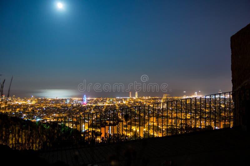 De horizonpanorama van Barcelona bij nacht van Turo Rovira, Cataloni?, Spanje stock foto