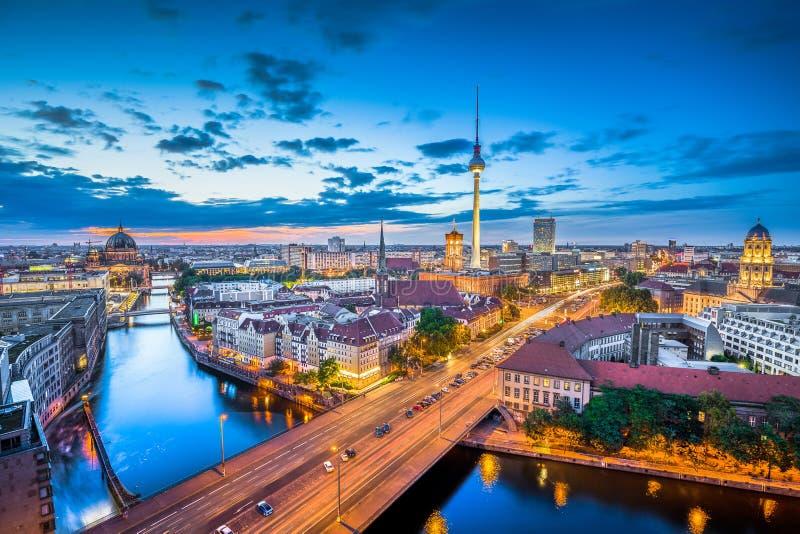 De horizonpanorama van Berlijn bij schemering, Duitsland stock afbeelding