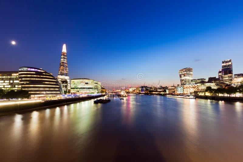 De horizonpanorama van Londen bij nacht, Engeland het UK Rivier Theems, de Scherf, Stadhuis royalty-vrije stock afbeelding