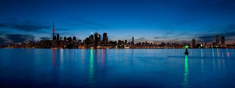 De horizonpanorama van Toronto over meer stock foto's