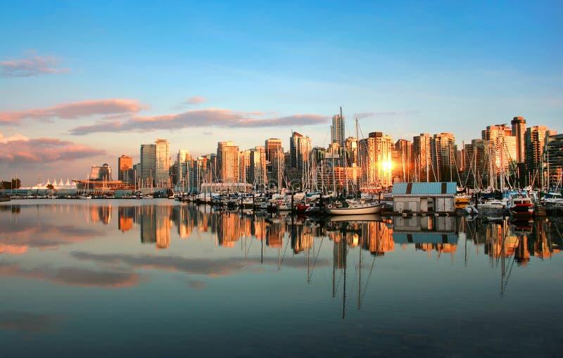 De horizonpanorama van Vancouver bij zonsondergang stock afbeeldingen