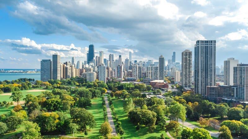 De horizonsatellietbeeld van Chicago van hierboven, meer Michigan en stad van de wolkenkrabberscityscape van de binnenstad van Ch stock foto