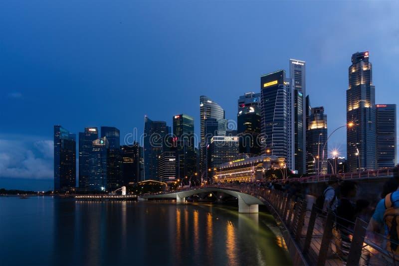 De horizonschemer van Singapore en verlichte financiële districtsnacht royalty-vrije stock foto