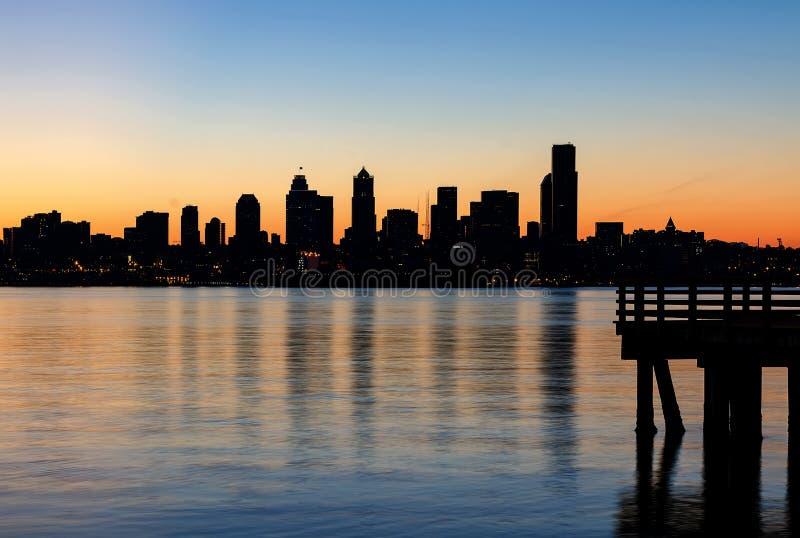 De Horizonsilhouet van Seattle bij Zonsopgang van de Pijler in Washington State royalty-vrije stock afbeeldingen