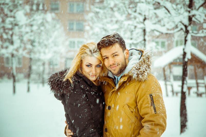 De horizontale foto van betrothed paar die in liefde camera a bekijken stock fotografie