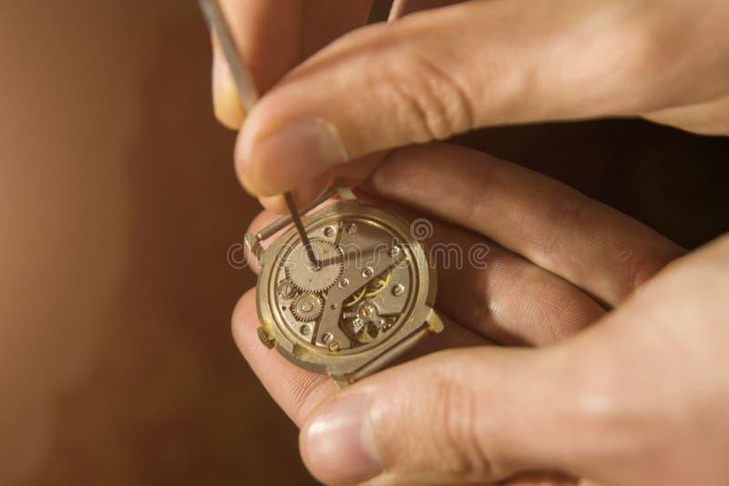 De horlogemaker herstelt de mechanische horloges in zijn workshop royalty-vrije stock foto