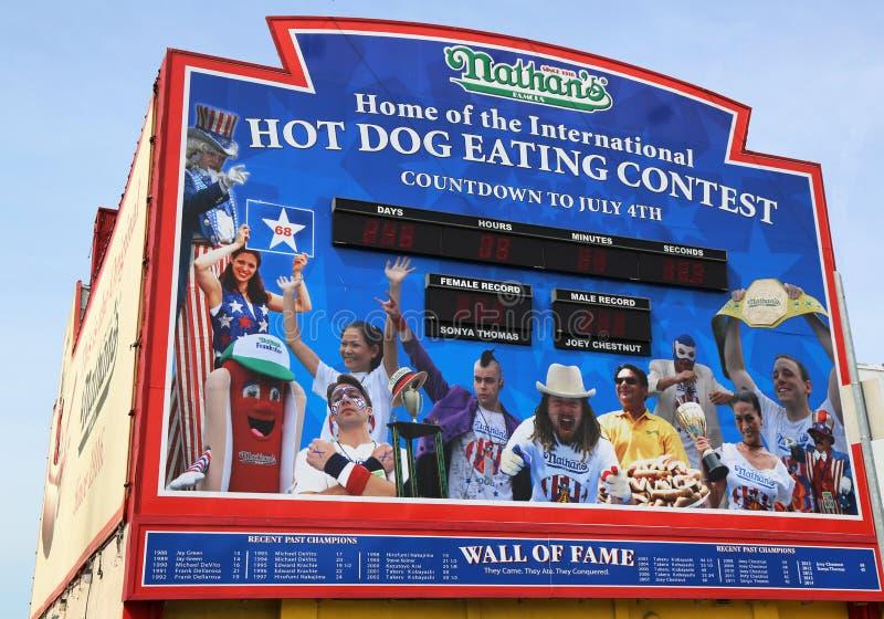 De hotdog die van Nathan wedstrijdmuur van Bekendheid in Coney Island, New York eten stock afbeelding