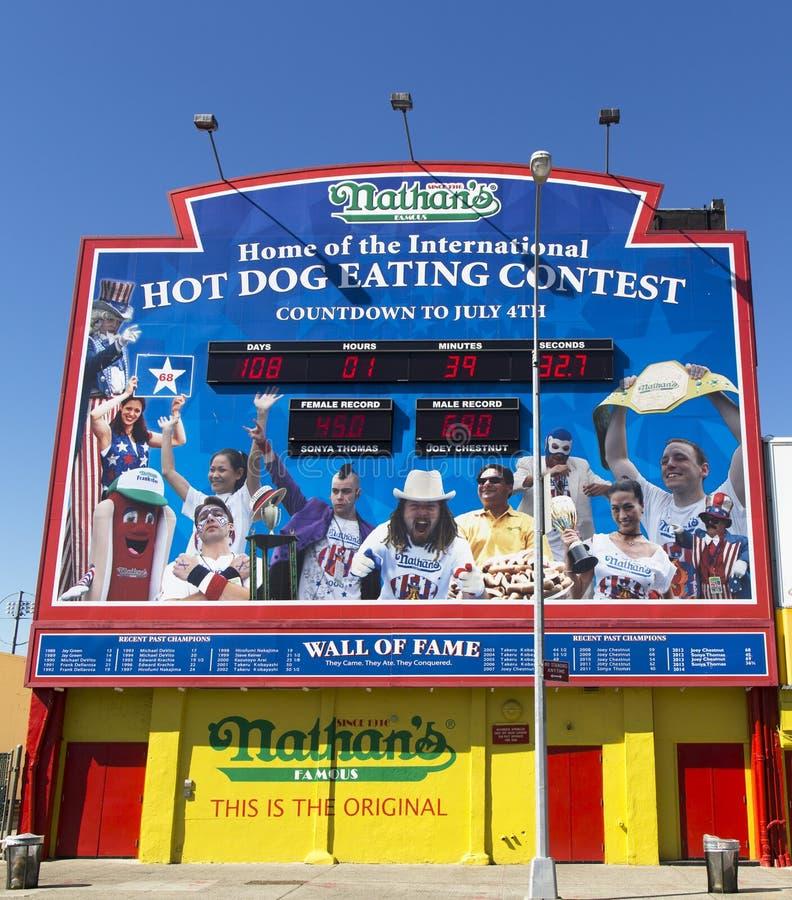 De hotdog die van Nathan wedstrijdmuur van Bekendheid eten royalty-vrije stock afbeeldingen