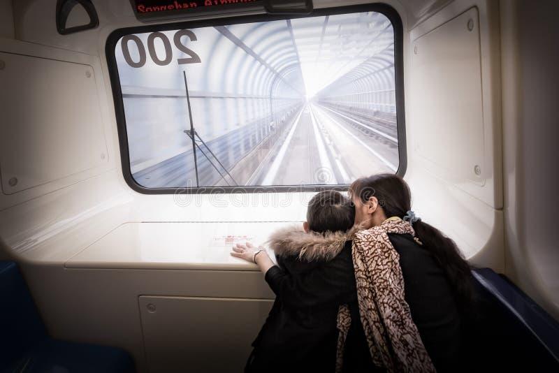 De houdende van moeder houdt op haar kind op metro in Taiwan stock foto's