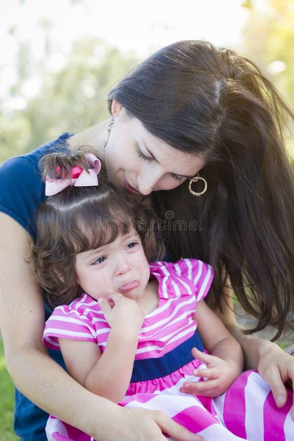 De houdende van Moeder troost Schreeuwende Babydochter royalty-vrije stock afbeeldingen