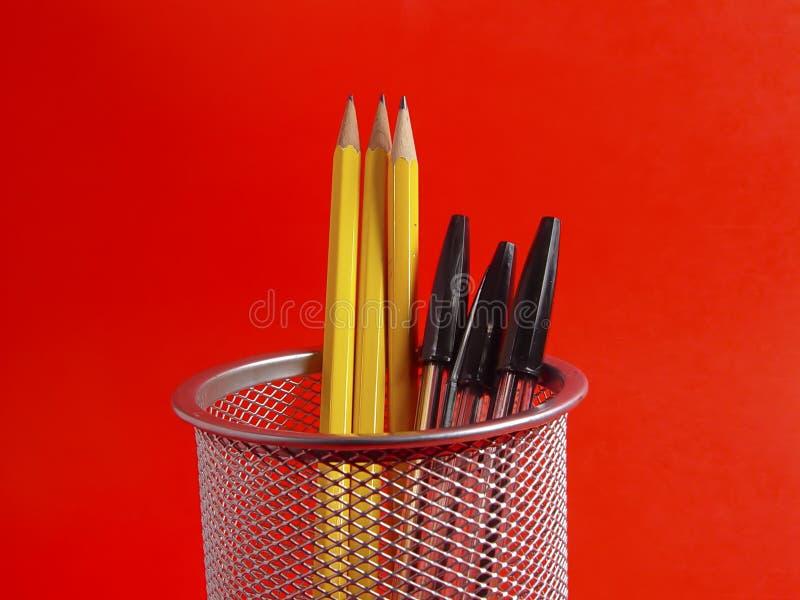 De Houder van het potlood op Rood stock foto