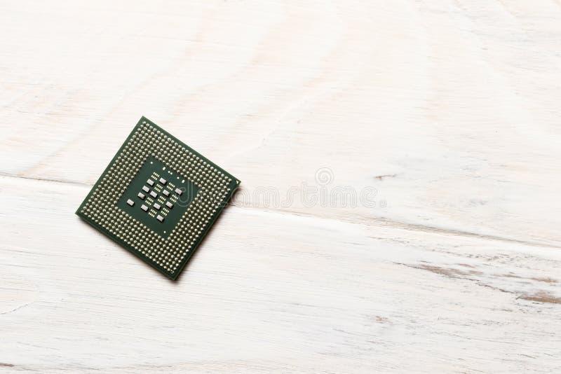 de houten achtergrond op het is een bewerker voor microchips Close-up Mening van hierboven stock afbeelding